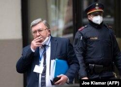 میخائیل اولیانوف، نمایندهٔ روسیه در سازمانهای بینالمللی در وین، در یکی از لحظات استراحت بیرون از هتل محل مذاکرات احیای برجام، ۱۵ آوریل ۲۰۲۱