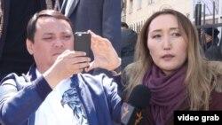 Шоиста Шатманова (аз рост), журналисти қирғиз.