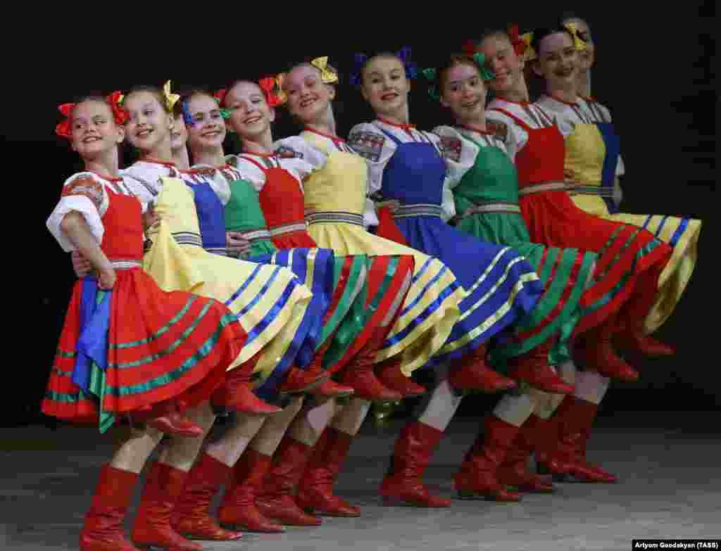 Выступают участники ансамбля Локтева на открытии XVIII Международного фестиваля «Москва встречает друзей» в Московском международном Доме музыки