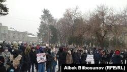 Несмотря на снег и холодную погоду, сотни жителей Кыргызстана вышли на улицы Бишкеке высказаться против поспешного изменения Конституции Кыргызстана