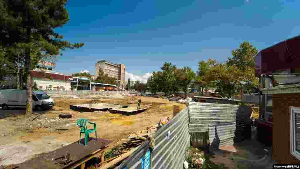 Тривають будівельні роботи на місці демонтованого торговельного центру «Куб» на площі Куйбишева. Днями там почався демонтаж решти торгових точок, що примикають до проспекту Кірова
