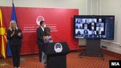 Премиерот Зоран Заев и министерката за образование и наука на презентација на Националната платформа за онлајн настава
