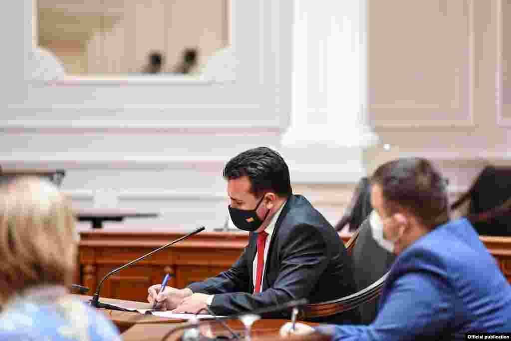 МАКЕДОНИЈА - Премиерот Зоран Заев денеска ја отфрли можноста за одржување предвремени парламентрни избори заедно со локалните, а нагласи дека пописот дефинитивно ќе се спроведе од 1 до 21 април годинава и дека нема веќе потреба од дебата за пописот, која се води од 2012 година.