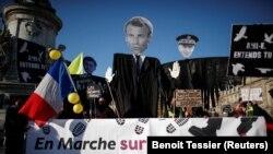 """Protest u Parizu sa banerom na kojem piše """"Marš za naše slobode"""", 28. novembar 2020."""