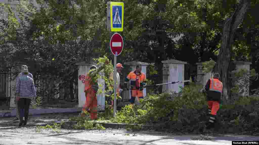 Когда дождь стих и выглянуло солнце, работники коммунальных служб города приступили к расчистке завалов