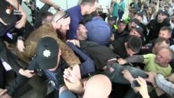 Сутички та сльозогінний газ – у Сумах активісти зірвали форум партії «Успішна країна»