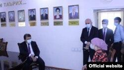 Тәжікстан денсаулық сақтау министрі Жамолиддин Абдуллозоданың тұрғындармен кездесу сәті. Желіде тараған суреттің қашан түсірілгені белгісіз.