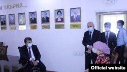 Джамолиддин Абдуллозода, министр здравоохранения Таджикистана во время беседы.