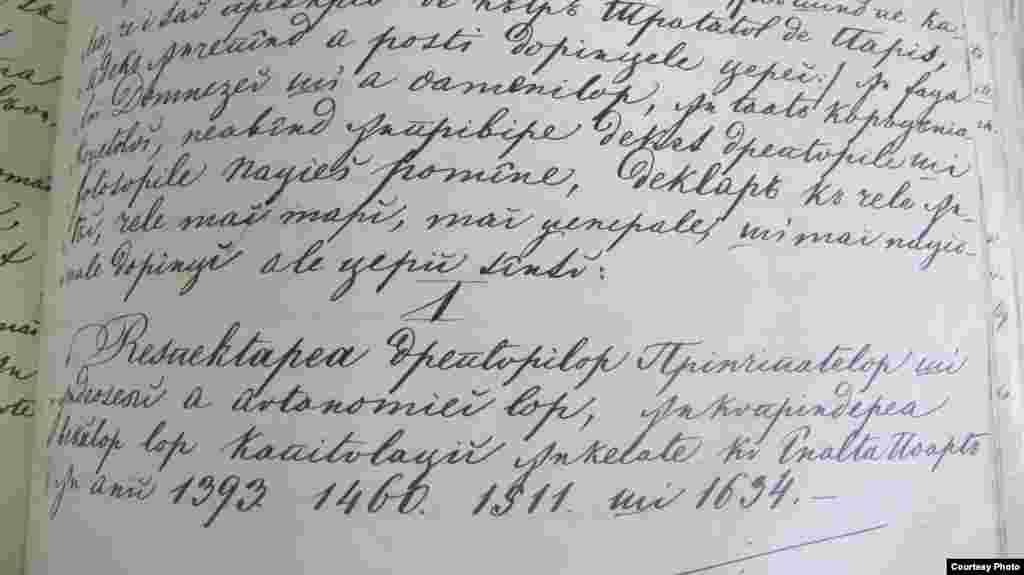 """La finele lucrărilor Adunării Ad-Hoc din Moldova, delegații au transmis Marilor Puteri doleanțele lor. În documentul alăturat, aflat la Arhivele Naționale, se vede prima cerere. Revendicări similare au adresat și deputații Adunării Ad Hoc din Țara Românească. În baza acestor cereri, Marile Puteri au agreat în 1858 ca Principatele Dunărene să se conducă după un fel de constituție numită """"Convenția de la Paris"""". Ea presupunea doi domni, două guverne, două adunări legislative, dar și o Înaltă Curte de Casație și Comisie comună de armonizare a instituțiilor la jumătatea drumului, la Focșani. Politicienii români ai vremii - în principal, boieri și oameni de afaceri, cei mai mulți cu studii juridice și politice - au parcurs cealaltă jumătate printr-o singură mutare: dubla alegere a lui Alexandru Ioan Cuza, în ianuarie 1859."""