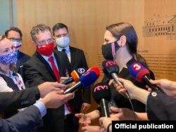 Ціханоўская адказвае на пытаньні журналістаў.