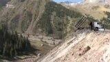 Отходы, сваленные в реку, вода бурого цвета – экология в Кара-Кече