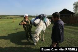 Андриян Хромов в Шевыкане передает посылку местному сторожу