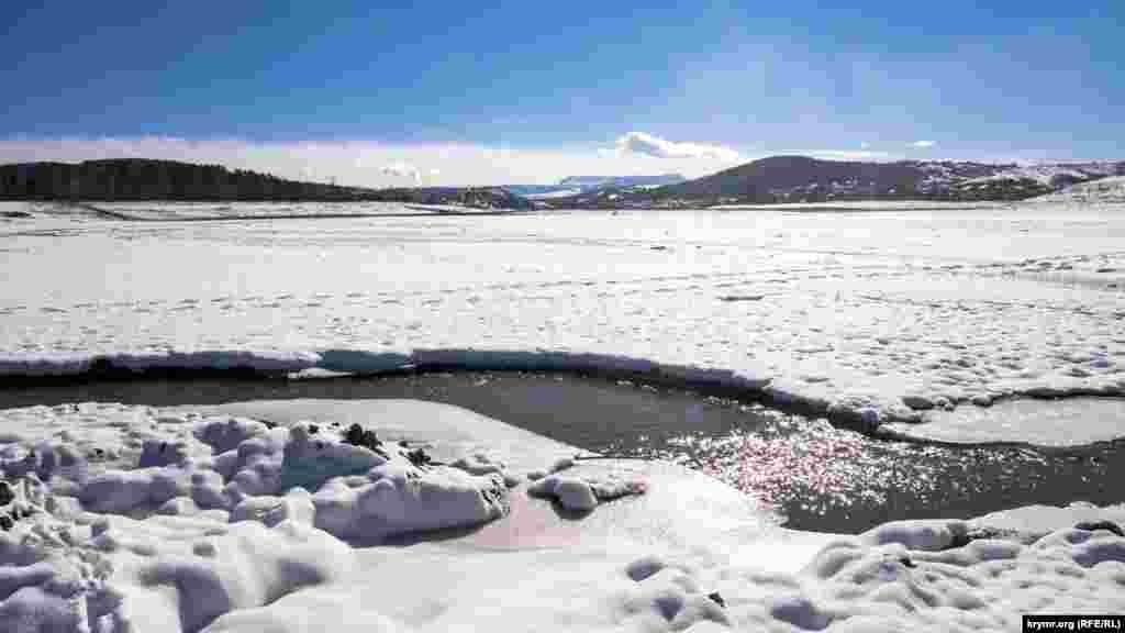 Салгир звивається посередині долини, яка раніше була повністю заповнена водою