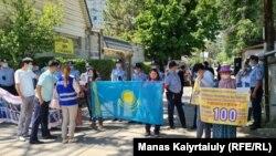 Протест у консульства Китая продолжается сотый день. Алматы, 18 мая 2021 года.