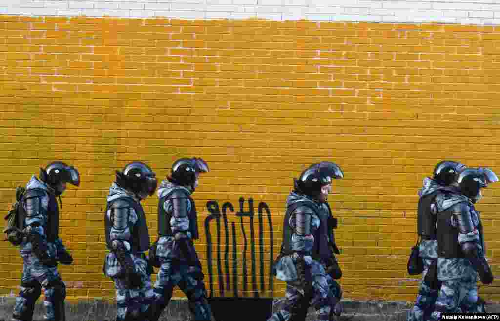Russian law enforcement officers walk past a wall near the Moscow City Court during Aleksei Navalny's hearing on February 2. (AFP/Natalia Kolesnikova)