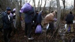 """Migranti i izbjeglice na putu ka kampu """"Lipa"""" kod Bihaća nakon što su morali napustiti autobuse koji su ih trebali prebaciti u drugi kamp"""