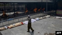 Кремация тел жертв коронавируса в Индии.