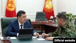 Президент Садыр Жапаров жана УКМК башчысы Камчыбек Ташиев.