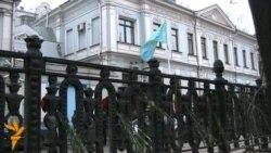 Цветы у посольства Казахстана