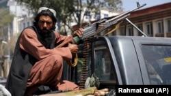 România a exportat mitraliere, muniție, obuze și autocamioane în Afganistan. Deși autoritățile române nu vor să recunoască oficial, cel mai probabil aceste arme sunt folosite acum de talibani.