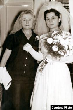 Iz privatne arhive brata Rašel Maline: Rašel s majkom Simhom na dan vjenčanja u Izraelu, 1963. godine.