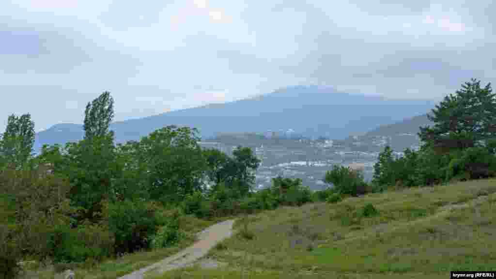 Вид с пригорка под Уч-Кошем на Ялту