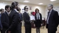 Активисты передали Медведеву удобрения для виноградников