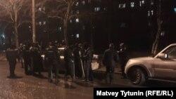 """Участников акции движения """"Весна"""" задерживали десятки сотрудников полиции"""