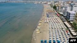 Interesovanje građana Srbije za destinacije na albanskom primorju značajno raste 2020. godine. (Foto: Plaža u Draču 25. juna 2021.)