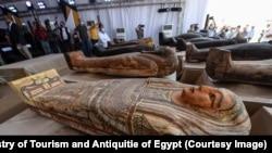 مسئولان مصری یکی از این تابوتها را که روی آن با ظرافت عالی زینت کاری شده است باز کرده به رسانهها و مهمانان نشان دادند.
