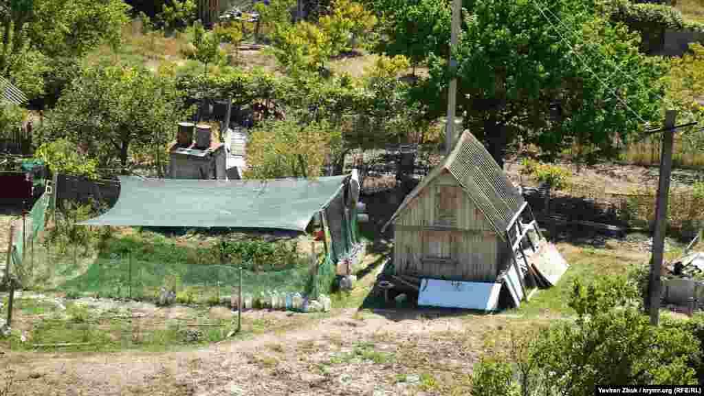 Невеликий город біля сільського будинку від палючого сонця прикриває навіс із сітки