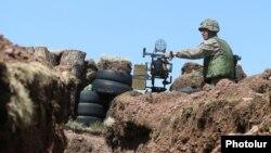 Հայաստանի ԶՈՒ զինծառայողը մարտական դիրքում, արխիվ