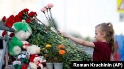 Кветкі ля школы ў Казані (Татарстан), дзе былі забітыя дзевяць чалавек.