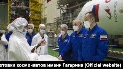 Космонавт Петр Дубров - справа