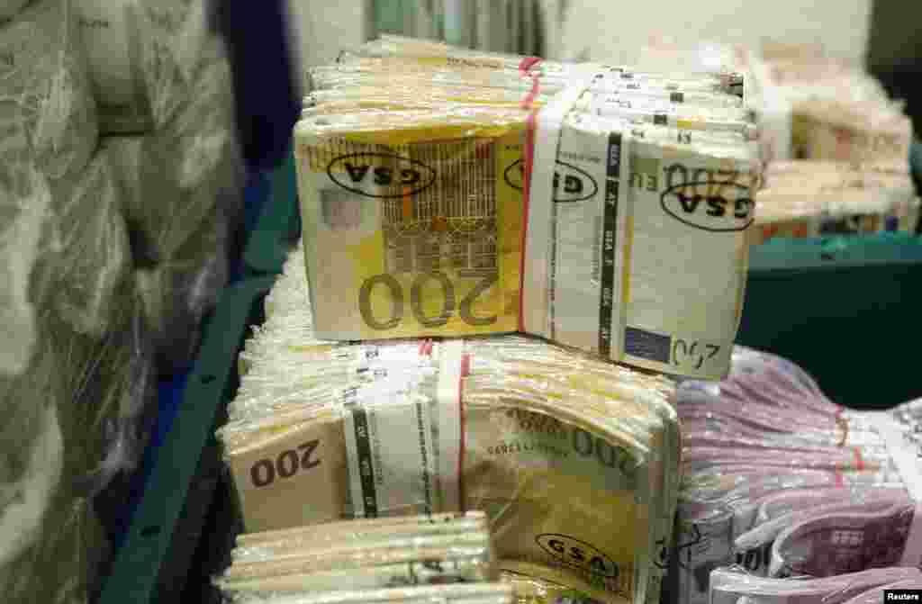 МАКЕДОНИЈА - Министерството за финансии попладнево соопшти дека се обезбедени нови 180 милиони евра финансиска поддршка за надминување на кризата предизвикана од корона вирусот, од коишто 80 милиони евра се од ЕУ за фискален стимул за стопанството и граѓаните и 100 милиони евра од ЕИБ за евтини кредити за мали и средни претпријатија.