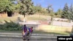 Felvétel a két, örmény zászlóval letakart férfi kivégzéséről. A képeket a Bellingcat brit online nyomozószolgálat archiválta