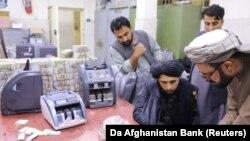 اعضای گروه طالبان در ساختمان بانک مرکزی افغانستان