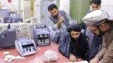 Талибы пересчитывают валюту и запасы золота, доставшиеся им в здании Центробанка Афганистана в Кабуле. 13 сентября 2021 года