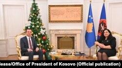 Вршител на должноста претседател на Косово Вјоса Османи за време на состанокот со поранешниот премиер Албин Курти.