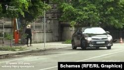 Згодом журналісти зафіксували, як з воріт виїхала Toyota Camry