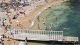 10 июня директор департамента городского хозяйства Евгений Горлов сообщил, что по пляжу «Мраморный» получен плохой анализ морской воды. В связи с этим на его территории будет запрещено купаться. «Операторы установят информационные таблички о запрете купания. Люди на пляже смогут находиться, отдыхать, но заходить в воду будет запрещено», – добавил он
