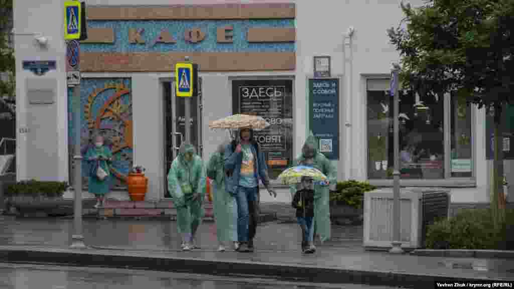 Вооружившись зонтами и дождевиками, семья вышла на прогулку