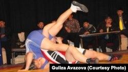 19 жаштагы Айсулуу Тыныбекова Кыргызстандын чемпионатынын алтын байгеси үчүн күрөшүп жатат. 12-январь, 2012-жыл.