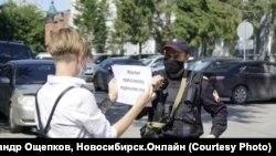 Пикет против преследования журналистов у здания ФСБ в Новосибирске