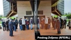 Građani čekaju u redu na vakcinaciju u sportskoj dvorani Zetra (Sarajevo, 21. aprila 2021)