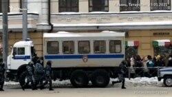 Сотрудники ОМОН догоняют протестующих в столице Татарстана Казани