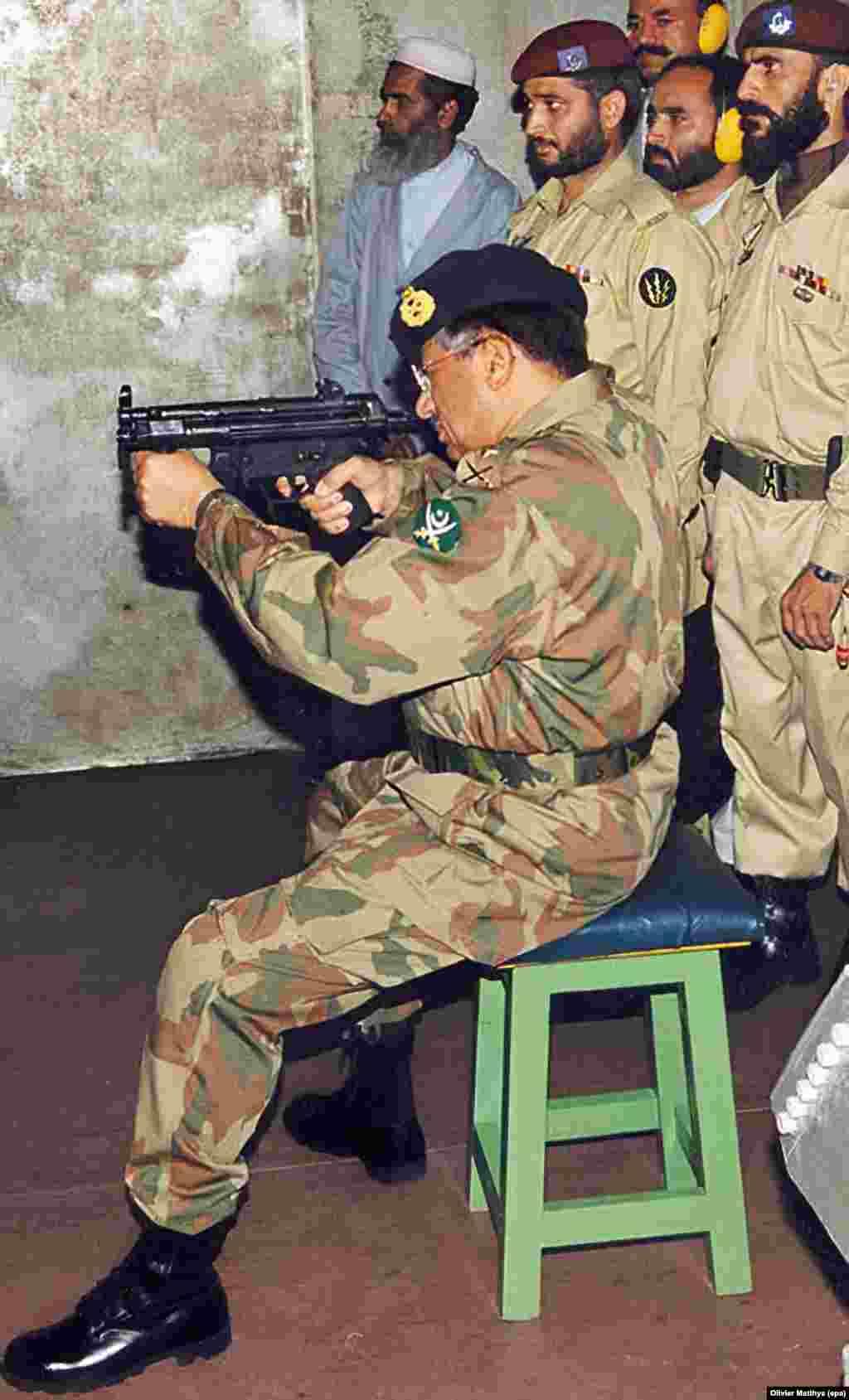 Генерал Первез Мушарраф, военный правитель Пакистана,стреляет из оружия. Июль 2004 года.
