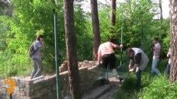Невідомі зносять недобудований храм УПЦ (МП) у парку в Києві