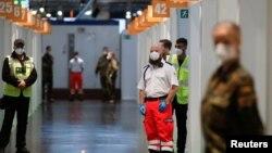 Сотрудники экстренных служб в очереди на вакцинацию в Германии.