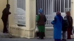 Aşgabat şäheriniň ýaşaýjylary ýapyk dükanyň daşynda. Aşgabat, noýabr, 2020